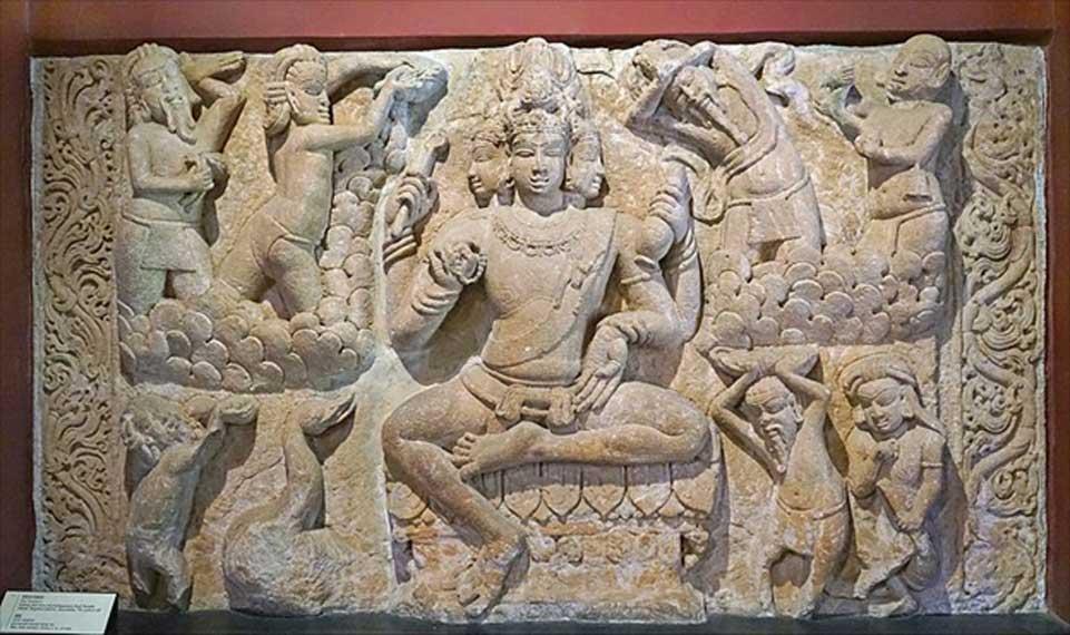 Фриз индуистского божества Брахмы с его многочисленными головами.