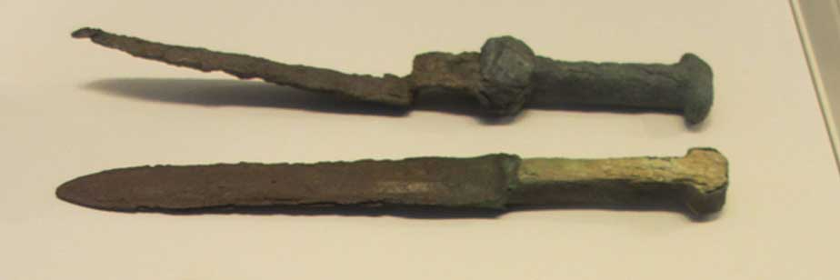 Bronze, iron and ivory daggers found at Tel El-Farah (11th BC). Israel Museum, Jerusalem. (CC BY-SA 3.0)
