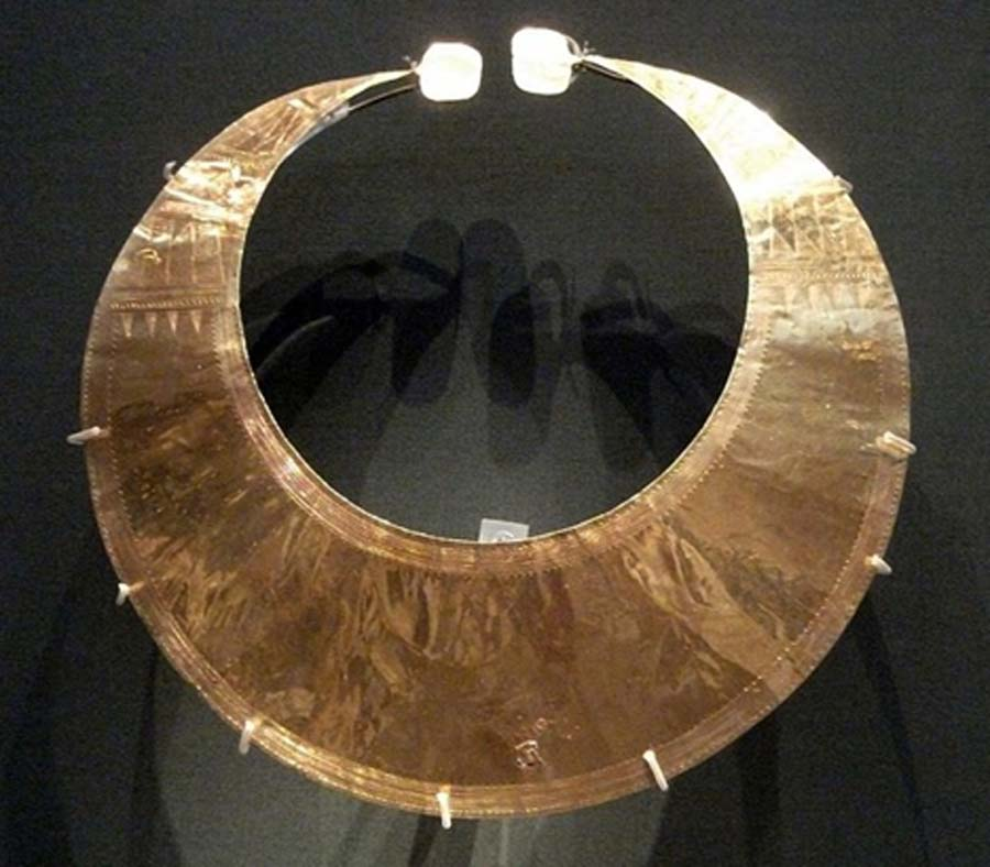 Gold lunula from Blessington, Co Wicklow (Early Bronze Age, circa 2400 BC – 2000 BC) (CC BY-SA 3.0)