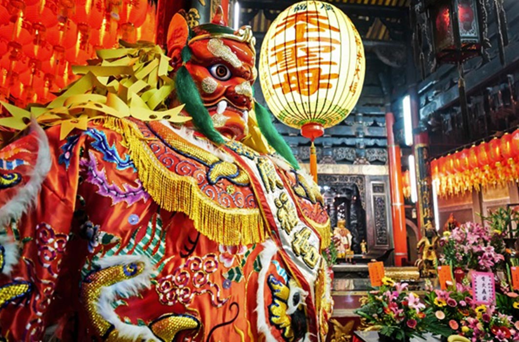 God statue in traditional old oriental Chinese temple in Taiwan (Chinese Translation on lantern : name of the Chinese god of sea, Matsu) (voyata/Adobe Stock)