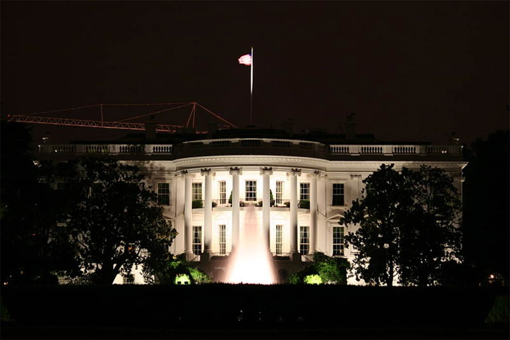 White House at night. (350z33 / CC BY-SA 3.0)