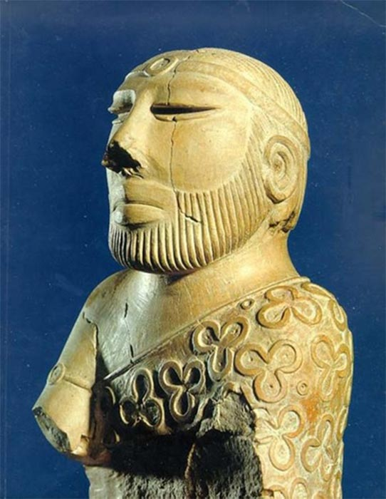 "So-called ""Priest King"" statue, showing a neat hairstyle and trimmed beard. Mohenjo-daro, late Mature Harappan period, National Museum, Karachi, Pakistan. (CC BY-SA 1.0)"