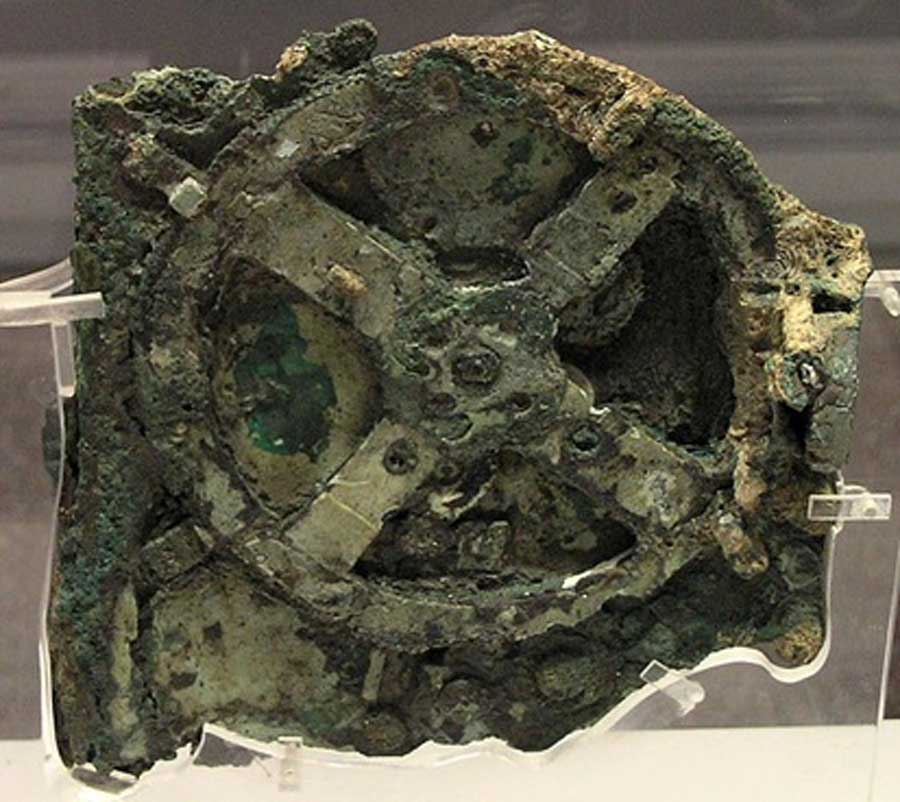 The Antikythera Mechanism (Fragment A – front); visible is the largest gear in the mechanism, approximately 14 centimeters (5.5 inches) in diameter. (CC BY-SA 3.0)