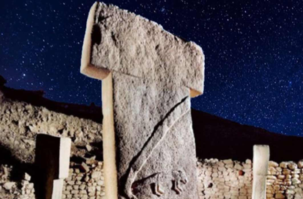 Pillar in Gobekli Tepe (Deriv.) ( sebnemsanders) with a starry night sky. ( CC0) What can be discerned about the site from Gobekli Tepe archaeoastronomy?