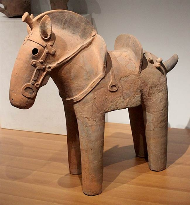 Haniwa horse statuette featuring saddle and stirrups from the sixth century Kofun period. París, Musée Guimet.( Miguel Hermoso Cuesta/ CC BY-SA 4.0)