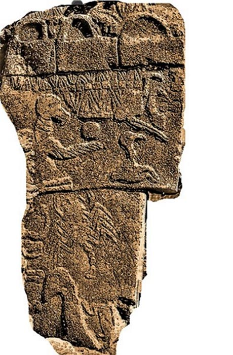 Vulture stone with 'baskets'. Pillar 43 (Public Domain)
