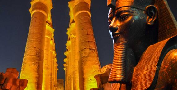 The 14 columns of the The Colonnade of Amenhotep III - Luxor Temple (CC BY 2.0) and Statue of the Pharaoh (CC BY 2.0), Deriv.