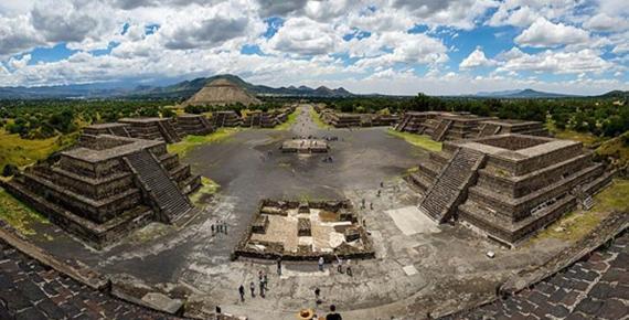 Panoramic view from the summit of the Pyramid of the Moon, with the Pyramid of the Sun on the far left (Rene Trohs /  CC BY-SA 4.0)