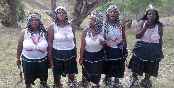 Five sangomas at an Umgido Ceremony in Zululand (Wizzy/ CC BY-SA 3.0)